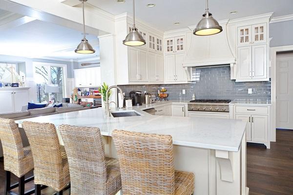 phòng bếp hiện đại sử dụng gam màu sáng nhẹ nhàng cuốn hút