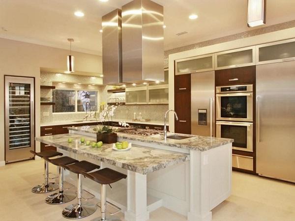 phòng bếp hiện đại với gam màu ánh kim thể hiện sự sang trọng