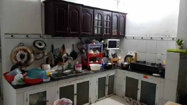 nhà bếp với xoong nồi để linh tinh