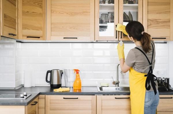 vệ sinh lau chùi phụ kiện tủ bếp inox
