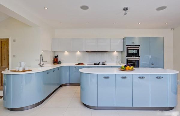 Không gian bếp mới lạ với những đường cong uyển chuyển mềm mại kết hợp cùng tông màu xanh nhẹ nhàng