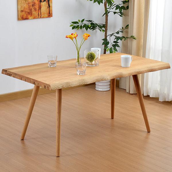 Một chiếc bàn bằng gỗ sồi
