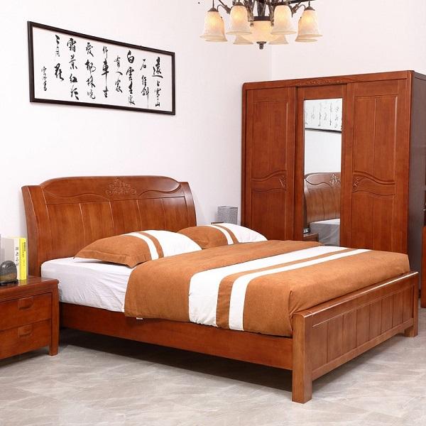 Giường và tủ quần áo được làm bằng gỗ xoan đào có màu sắc khá bắt mắt, sang trọng