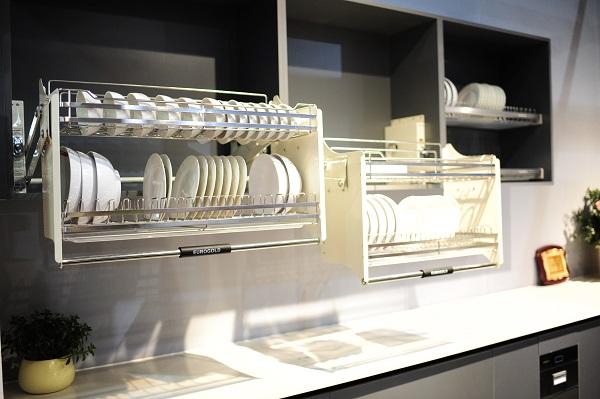 Giá để bát đĩa tủ trên tận dụng phần tủ bếp trên