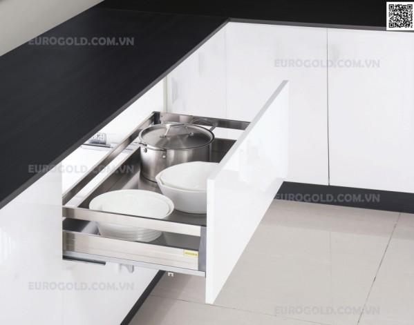 Việc cất đặt các vật dụng như xoong nồi chảo vào một chiếc giá trong tủ bếp sẽ giúp tối ưu diện tích bếp hơn rất nhiều.