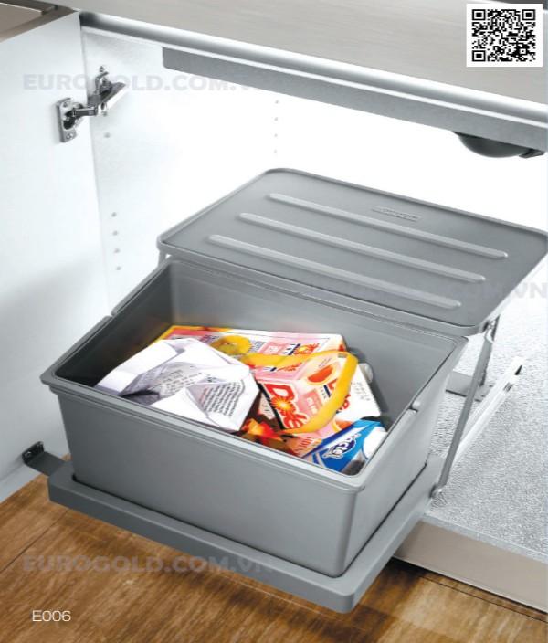 Thay vì đặt bên ngoài khiến cho căn bếp bừa bộn và có phần hơi mất vệ sinh, bạn có thể lắp đặt một chiếc thùng rác ngay dưới chậu rửa bát.